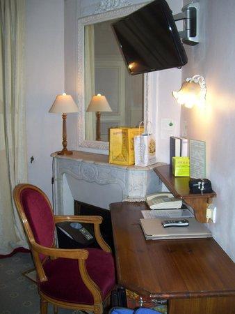 Hotel Gavarni: tv and work desk