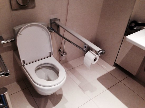 Radisson Blu Hotel, Hamburg : Disabled toilet