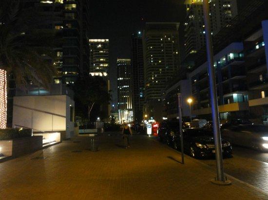 Lotus Hotel Apartments & Spa, Dubai Marina: walking from lotus to other side of marina