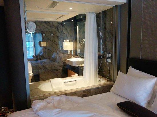 Royal Plaza Hotel: The bathroom