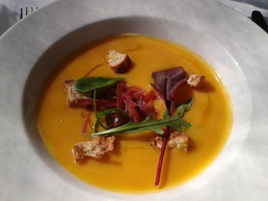 Restaurant Les Pins: velouté de potimarron au jambon cru