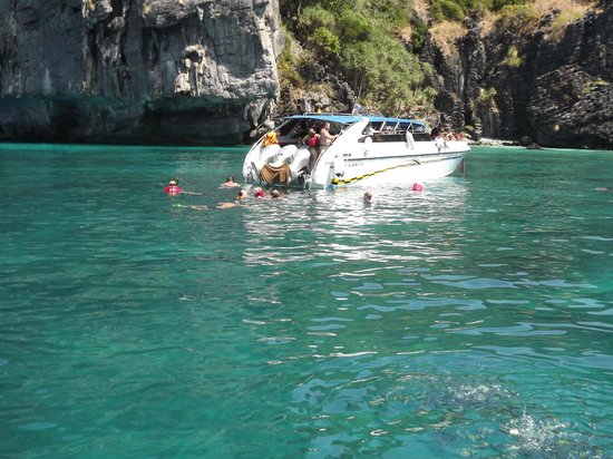 Patong Resort : phi phi island..well worth the day out island hopping and snorkling, swimmig