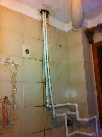 F&F Hostel: Banheiro do quarto