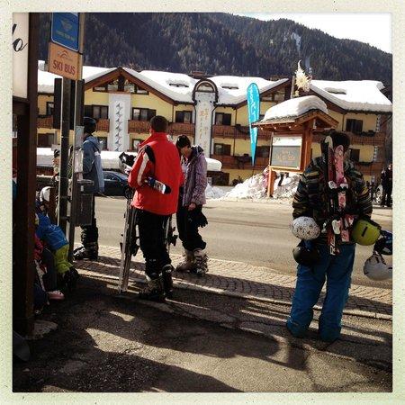 Hotel Val di Sole : Przystanek przed hotelem