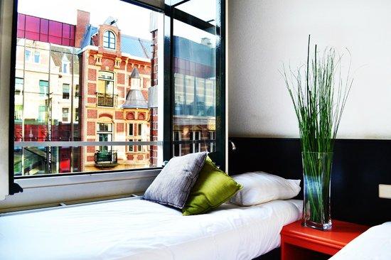 Hotel La Boheme: Streetview triple room