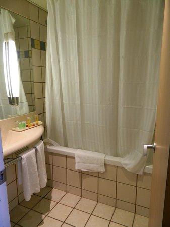 Leonardo Club Dead Sea Hotel : Bathroom needs upgrade