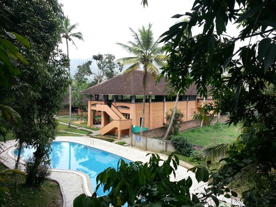 ABAD Green Forest Resort : Poolen med restaurangen i bakgrunden