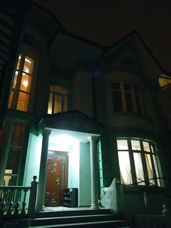 Jahongir B&B Tashkent: 食堂は一回外でて階段を降りたところです