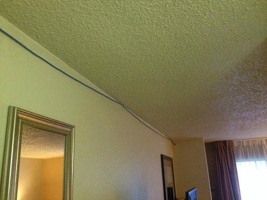 Days Inn Austin Crossroads: Cable Along Ceiling