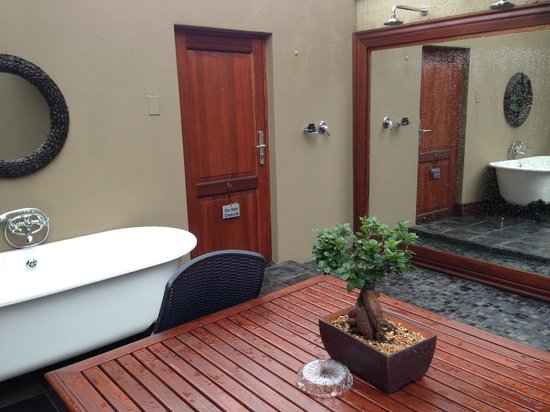 The Residence Boutique Hotel : Entrance door - bath and twin shower
