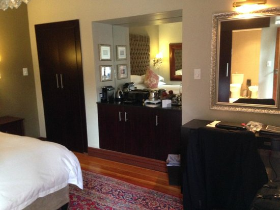 The Residence Boutique Hotel: Desk and wardrobes