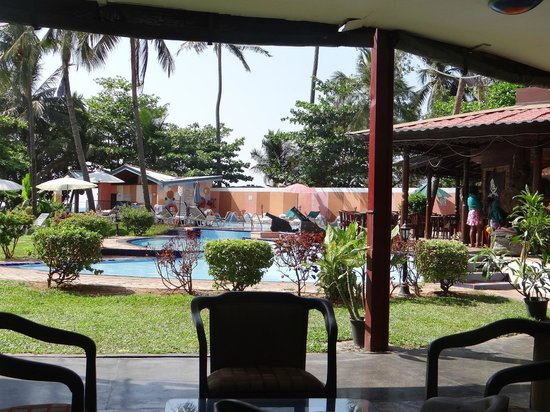 Paradise Beach Hotel: View from entry lounge.