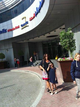 Cassells Al Barsha Hotel Dubai : På väg ut ur entren för shopping på Emirates Mall