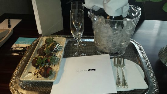 Loews Madison Hotel: Card, champagne and chocolate strawberries