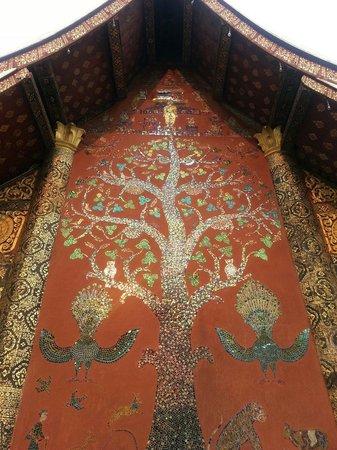 Vat Xienthong (Wat Xieng Thong): Famous tree on building