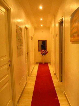 Bed & Breakfast Maggiore : Vue du couloir menant aux chambres (5ème étage)