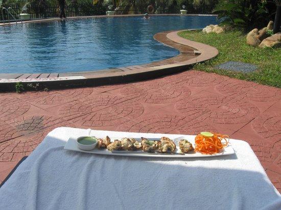 The Gateway Hotel Janardhanapuram Varkala: pool lunch