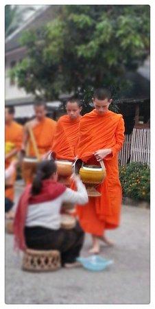Ceremonia de entrega de limosnas: Giving and receiving
