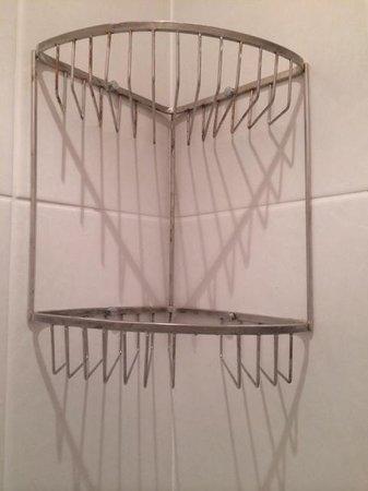 Best Western Plus Lake District, Keswick, Castle Inn Hotel: Broken and rusty shower shelf