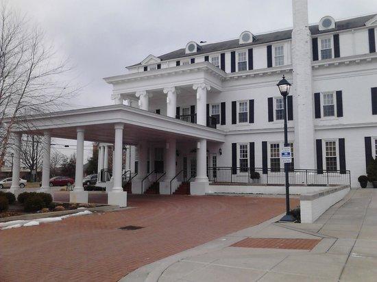 Boone Tavern Hotel: Guest entrance
