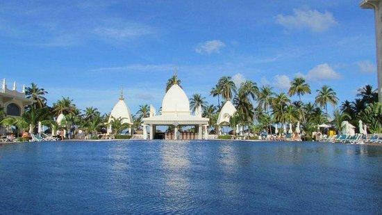 Hotel Riu Palace Aruba : before the beach is the pool
