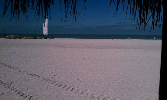JW Marriott Marco Island Beach Resort : View of the beach from our cabana.