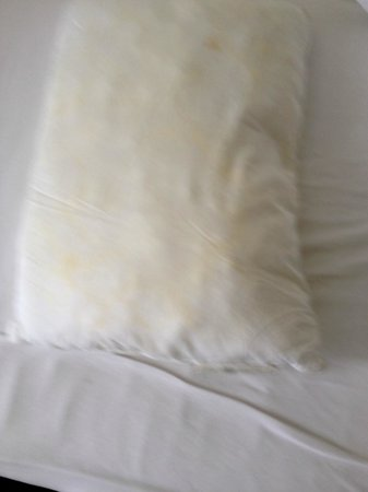 Hotel Vik Arctic Comfort: Dirty and squishy pillows on all 3 beds