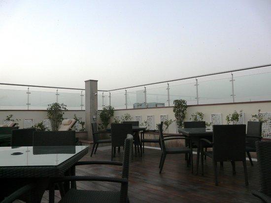 Mahagun Sarovar Portico Suites : Roof top restaurant
