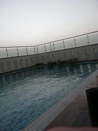 Mahagun Sarovar Portico Suites : Roof top pool