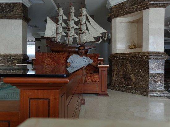 Emarald Hotel: At reception