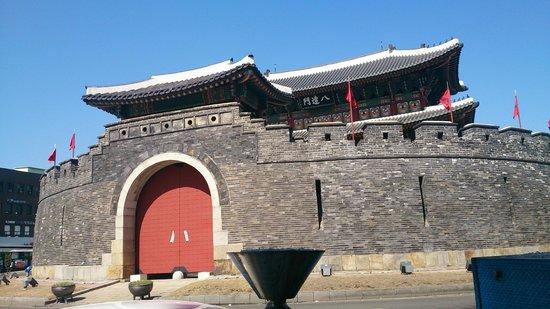 Hwaseong Fortress: まずはこの門を目指して