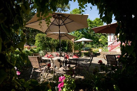 Quamichan Inn : Patio Dining or Cocktails Anyone