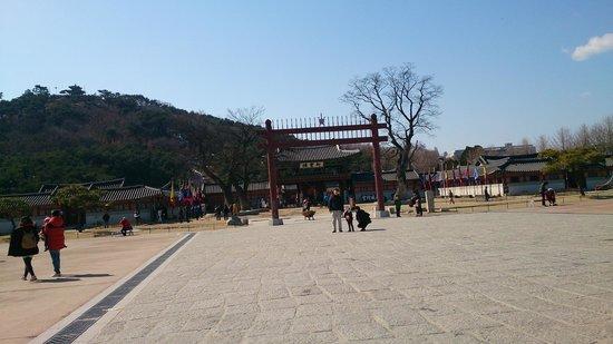 Hwaseong HaengGung: 新豊楼(正門)前の広場は凧揚げスポット