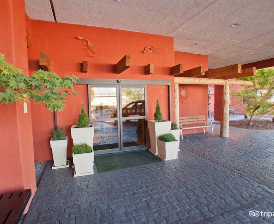 Entrance at the DoubleTree by Hilton Santa Fe