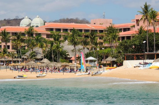 Barcelo Huatulco Beach Resort: Looking back along the beach to the Barcelo Huatulco.