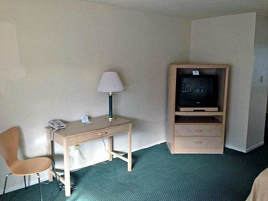 Motel 6 Fort Bragg: Desk and TV