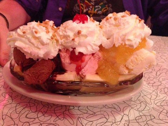 Mel's Classic Diner : 3 scoop banana split