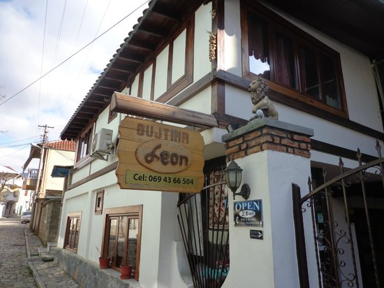 Guest House Bujtina Leon : Entrance to property.