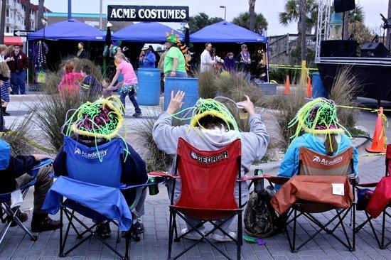 Tybee Island Beach: Watching Kids dance to the band