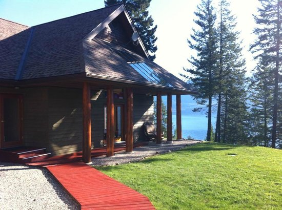 Mountain Trek Fitness Retreat & Health Spa : View from the main lodge to the spa and the lake