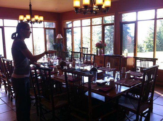 Mountain Trek Fitness Retreat & Health Spa: The communal dining room with beautiful natural light