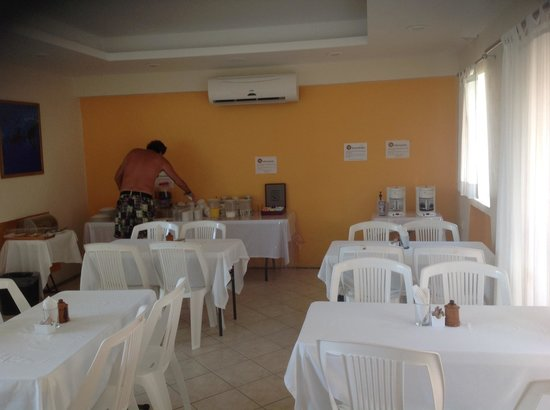 BUCANEROS Hotel & Suites: Huge breakfast room with many fruits and cereals, muffins, coffee, etc.