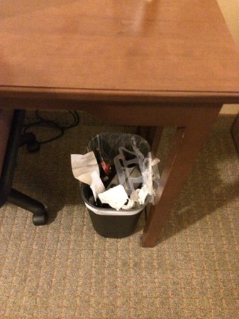 Staybridge Suites Tucson Airport: our overflowing trashcan which was never emptied after we had requested them to do so
