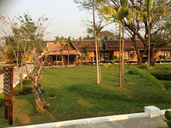 Villa Vang Vieng Riverside: Hotel grounds