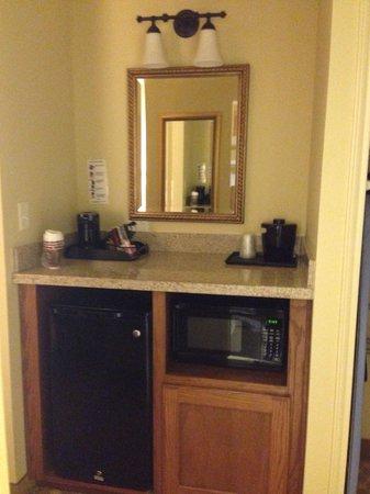 Broadway Inn & Suites: Coffee bar area in room