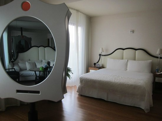 Mondrian Los Angeles Hotel: Bed - cool mirror/TV combo