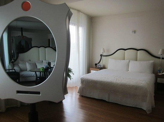 Mondrian Los Angeles Hotel : Bed - cool mirror/TV combo