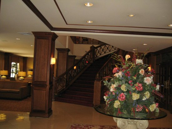 Crowne Plaza Knoxville Downtown University: Lobby, stairs, sitting area to side