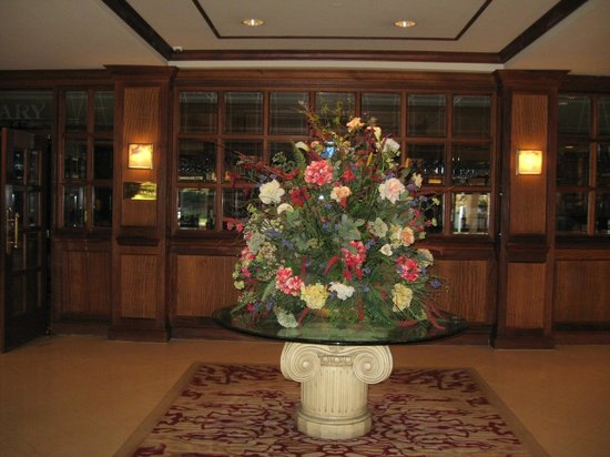 Crowne Plaza Knoxville Downtown University: Lobby entrance