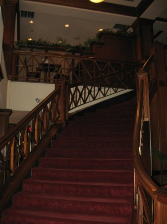 Crowne Plaza Knoxville Downtown University: Beautiful staircase
